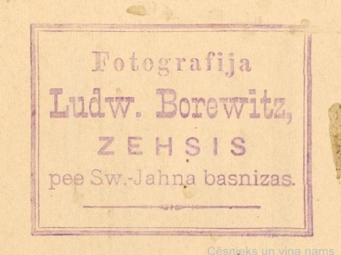 Fotogrāfa L. Borevica spiedoga nospiedums foto otrā pusē, 1901. gads