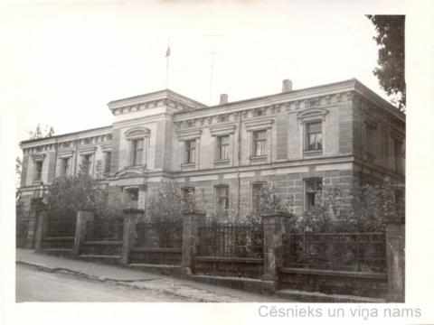 Ēka Bērzaines ielā 5; vēl saglabājies sākotnēji uzbūvētais žogs. 1960. gadi - CM 115765