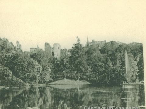 Skats uz grāfa Emanuela Zīversa īpašumiem: Cēsu pilsdrupām no Pils parka, 20. gs. sākums