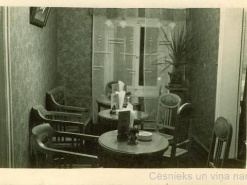 """Kafejnīcas """"Lita"""" iekšskats namā Rīgas ielā 11, 20. gs. 30. gados; CM 53772"""