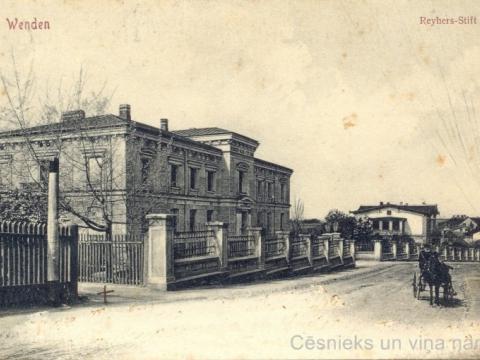 Wenden. Reyhers-Stift. - Cēsis. Reijera patversme Bērzaines ielā 5 uzcelta 1899. gadā; lejāk - nams Bērzaines ielā 7 uzcelts 1904. gadā. Pastkarti izdevis Ludvigs Borevics (1875-1913) Cēsīs ap 1907. - 1908. gadu.