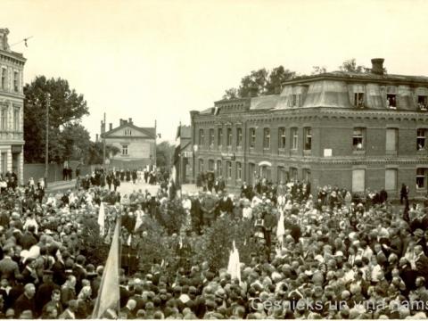Attēla labajā pusē redzama sarkana ķieģeļu ēka, toreiz Valmieras ielā 2, foto 1924. gadā 22. jūnijā