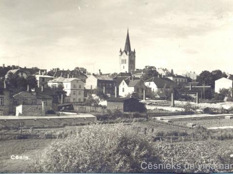 Cēsu panorāma no tā paša skatu punkta 20. gs. 30. gados; pie CM 16223