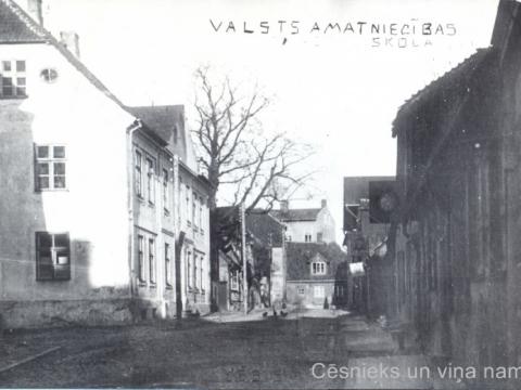 Cēsis, Lielā Skolas iela ap 1920. - 1925. gadu. Ielas galā ēka, kuru nojauca un ielu pagarināja līdz Vienības laukumam 1930. gadu beigās. - CM 115625