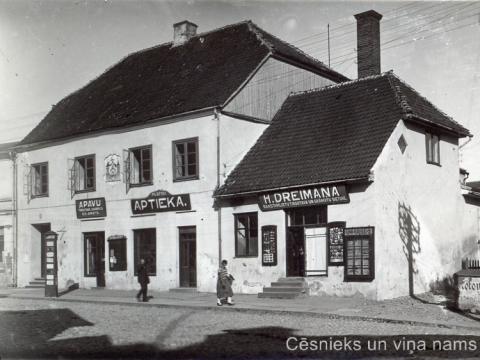 """Foto labajā malā redzams mūris, uz kura uzrakstīts """"kolonial"""", t.i., ka tur atrodas P. Kazaka kolonialpreču veikals, 20. gs. 30. gadu beigas; CM 46467"""