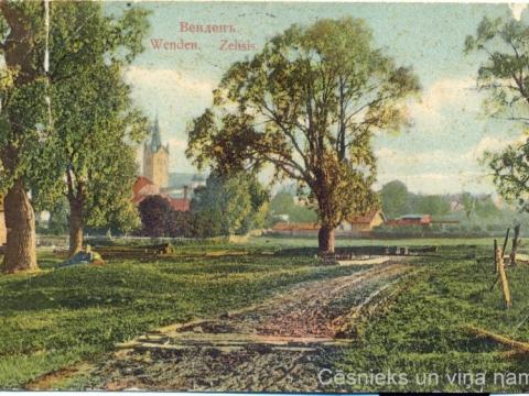 Cēsu apkārtne, domājams, pie tagadējās Ķiršu ielas. Pastkarti izdevusi E. Poruka ap 1907. - 1910. gadu