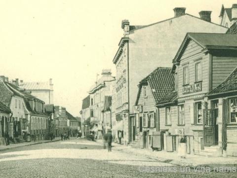 20. gs. sākumā. Rīgas ielas 8. namā atradās J. Lustes veikals. L. Borevica foto; CM 10360_11