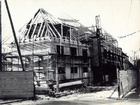 """Cēsis, kafejnīcas """"Raunas vārti"""" celtniecība Rīgas ielā 3, ap 1975. - 1977. gadu - CM 96802"""