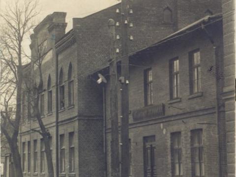 K. Apkalnes sieviešu ģimnāzijas ēka Raunas ielā 7. Divstāvu korpusu uzcēla 1911. gadā. Foto ap 1911. - 1914. gadu. - CM 29304