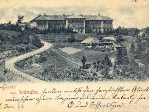 Skatu uz Bērzaines ģimnāziju nofotografējis un pastkarti izdevis Ludvigs Borevics (1875-1913). Tā nosūtīta 1899. gada janvārī - privāta kolekcija.