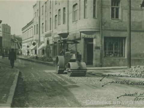 Rīgas ielas remonts pie 4. nama, fonā P. Mača veikala izkārtne, 20. gs. 30. gadu sākums; CM 13755