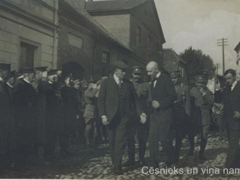 Ministru prezidents un cēsnieki Rīgas ielā Cēsīs 1919. g. rudenī. Fonā - ēka Rīgas ielā 4; CM 63479