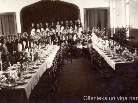 B. Ērgles - Peičas mājturības kursu dalībnieces demonstrē savas prasmes - viesību galda saklāšana telpā Rīgas ielā 4, ap 1925. - 1930.g., P. Paukšēna foto; CM 83457