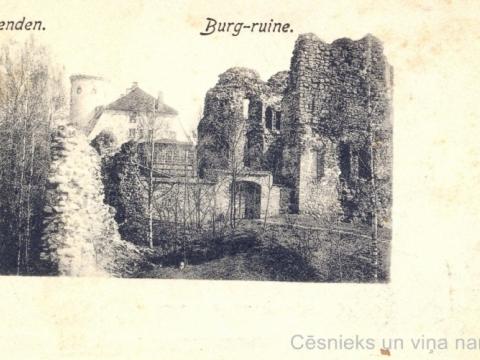 L. Borevica izdota pastkarte - skats uz Cēsu pils drupām un Jauno pili. Pastkartes kreisajā malā norādīts iespiedējs un izdevējs L. Borevics un adrese - pie Sv. Jāņa baznīcas; CM 63284