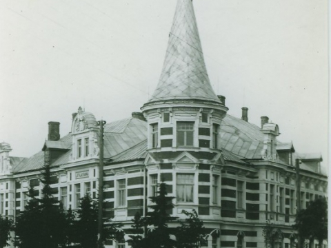 """Cēsis, nams Raunas ielā 1 - kreisajā pusē frontonā uzraksts """"Latvijas Banka"""" 20. gs. 20. gados, fotokopija no fotogrāfa E. Šneiderāta stikla fotonegatīva; CM 46445"""