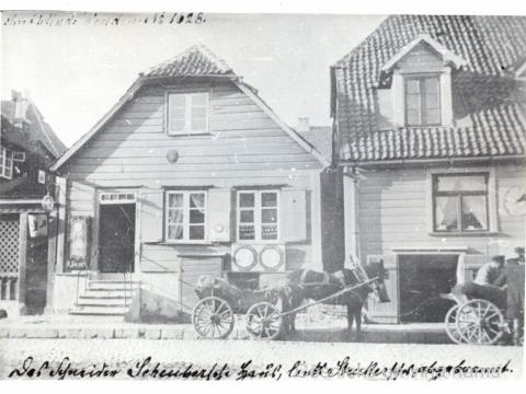 Nams Rīgas ielā 10; pirmo stāvu īpašnieks izīrēja V. Balkes pulskteņu veikalam.19. gs. beigas