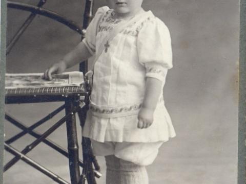 """""""Mazais cēsnieks"""", fotogrāfa G. Matīsa uzņēmums ap 1912.- 1914. gadu, tā sauktais """"visit portrait"""" -vizītkartes formāts (10,5x6,5 cm); CM 17437"""