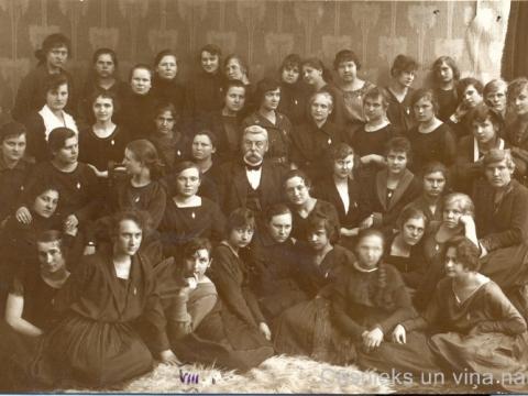 Cēsu pilsētas Neijas ģimnāzijas absolventas un direktors Pēteris Neijs, 1922. gads. P. Paukšēna foto. - CM 113677