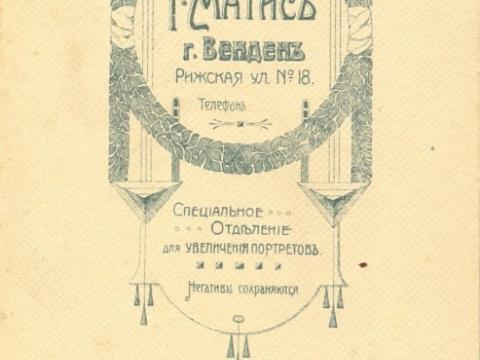 Fotogrāfa G. Matīsa fotodarbnīcas reklāma iespiesta fotogrāfijas otrā pusē , ap 1912. - 1914. gadu