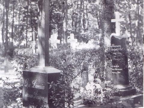 """A. Adolfi kapa piemineklis Cēsīs, Vācu kapos 20. gs. 30. gados. Uz kapakmens uzraksts:""""Die Livonia ihrem Sanger"""" - tulkojumā varētu būt """"Vidzeme savam apdziedātājam""""."""