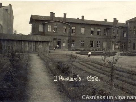 Cēsu II pamatskolas pagalms, ap 1925. - 1930. gadu. P. Paukšēna foto. - CM 29306