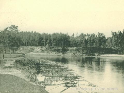 Plostu pludināšana Gaujā pie Cēsīm 20. gs. sākumā