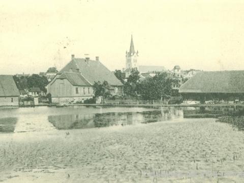 Dubinskas dīķis un dzirnavas, fonā Cēsu Sv. Jāņa baznīca, 20. gs. sākums