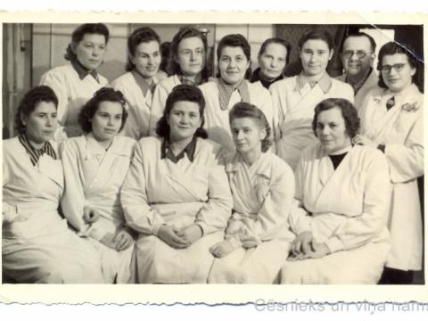 Frizieres un friziera eksāmenu dalībnieces, 1. rindā vidū -sieviešu un vīriešu frizētas vadītāja Emma Alksne, Cēsīs, Rīgas ielā 18; 1953.g. 7. decembrī; CM 107423