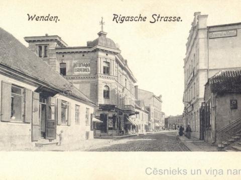 Nams Cēsīs, Rīgas ielā 18 ar fotogrāfa L. Borevica darbnīcas reklāmu uz gala sienas. Pastkarti izdevis L. Borevics ap 1905. gadu; privāta kolekcija