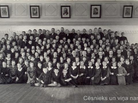 Cēsu pilsētas II pamatskolas skolnieki un skolotāji skolas zālē Raunas ielā 7. Rīgas fotogrāfa N. Staņko uzņēmums 1935./1936. mačību gadā. - CM 43355