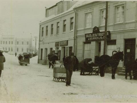 Cēsnieki ar vezumiem un ragavām ziemā pie namiem Rīgas ielā 5 un Rīgas ielā 3, 20. gs. 30. gadi