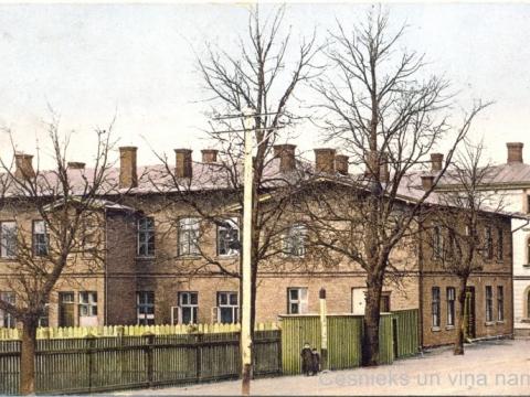 K. Apkalnes sieviešu ģimnāzijas ēka Cēsīs, Raunas ielā 7, ap 1907. - 1910. gadu. Pastkarti izdevusi J. Ozola (1859-1906) izdevniecība. - CM 29303