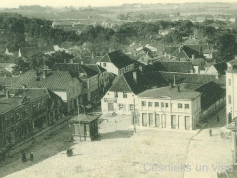 Skats uz Tirgus laukumu un Rīgas ielu no Sv. Jāņa baznīcas torņa 20. gs. sākumā