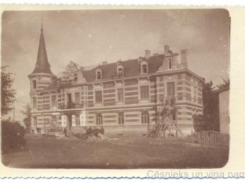Ēkas Raunas ielā 1 celtniecības beigu posms 1902. gadā; spoguļattēls