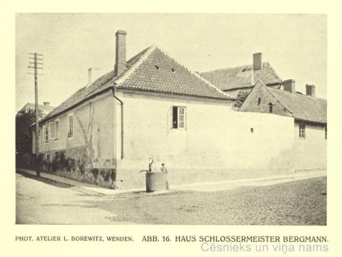 """Atslēdznieka Bergmaņa māja Vaļņu un Kases ielu stūrī 20. gs. sākumā; attēls grāmatā """"Jahrbuch der Bildenden Kunst """" [Riga], 1913."""