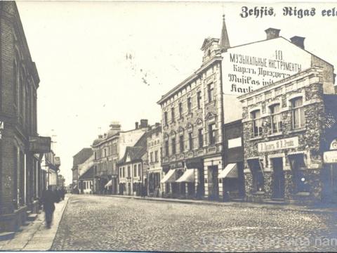Nams Rīgas ielā 10. Aiz pārbūvētās fasādes fotogrāfijā labi redzams vecais divslīpu jumts. Foto no privātas kolekcijas