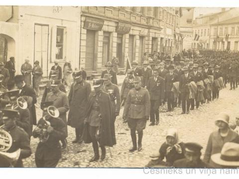 Cēsis, gājiens pie Rīgas ielas 14. nama, atzīmējot Cēsu kauju uzvaras 10. gadadienu 1929. gada 22. jūnijā. - CM 72617