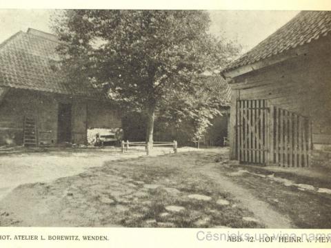 Cēsis, Rīgas ielas 15. nama pagalms. L. Borevica foto 20. gs. sākumā.