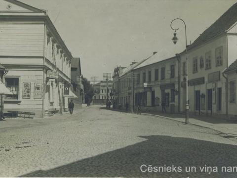 Cēsis, Rīgas iela 20. gs. sākumā. Fotogrāfija, no kuras iespiesta pastkarte. CM 63344