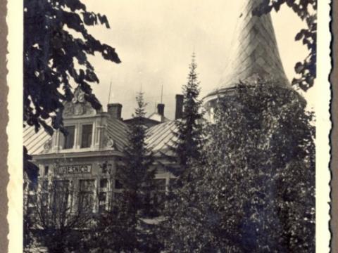 """Cēsis, viesnīca """"Gauja"""" Raunas ielā 1; uzraksts """"Latvijas Banka"""" vietā redzams uzraksts """"Viesnīca"""", 1936. - 1939.g., R. Sīmaņa foto"""
