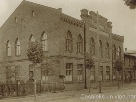 M. Neijas sieviešu ģimnāzijas ēka Cēsīs, Raunas ielā 7, ap 1920. gadu.