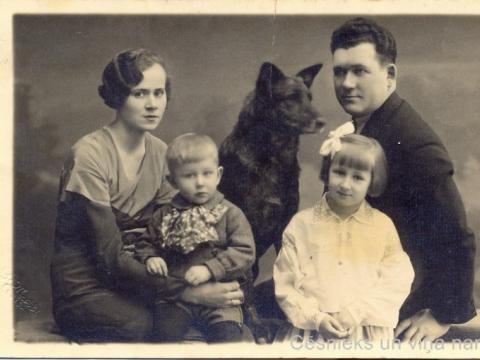 Delikatesu veikala un kafejničas īpašniece Rīgas ielā 11 Lūcija Ozola ar vīru un bērniem 20. gs. 30. gados, G. Matīsa foto; CM 53771