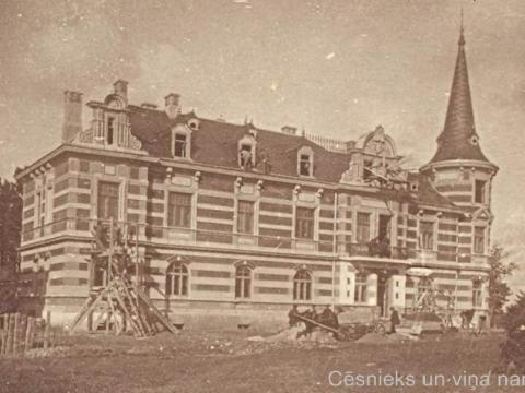 Ēkas Raunas ielā 1 celtniecības beigu posms 1902. gadā; pareizais attēls skatā no stacijas laukuma puses