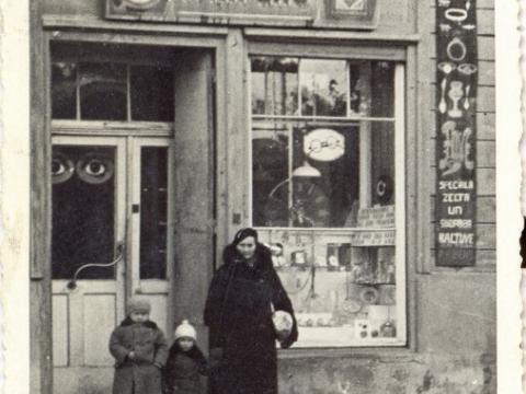 P. Ķipēna veikala izkārtne un skatlogs Rīgas ielā 8, 20. gs. 30. gadi; CM 77147