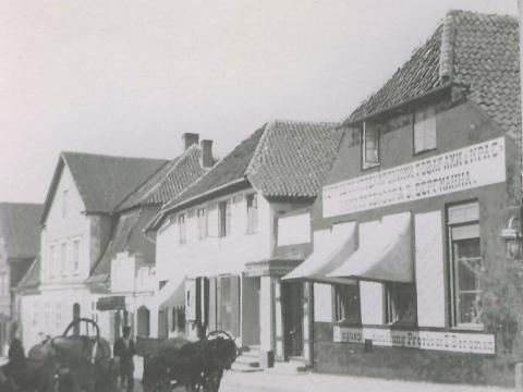 Foto - provizora A. Bergmaņa nams un veikals Rīgas ielā 32, ēkas Rīgas ielā 34 un Rīgas ielā 36;CMzp 22594