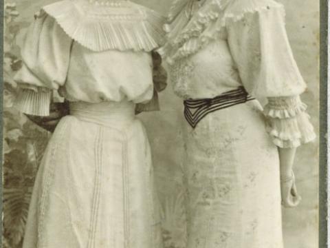 A. Ottosona meitas 20. gs. sākumā, īpašuma Raunas ielā 2 mantinieces, foto K. Andersons Cēsīs; CM 49904