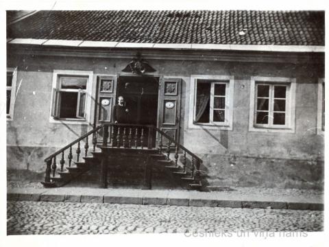Cēsis, ēkas Rīgas ielā 30, tā sauktās Trampedaha aptiekas, fasāde 20. gs. sākumā - CMzp 40771