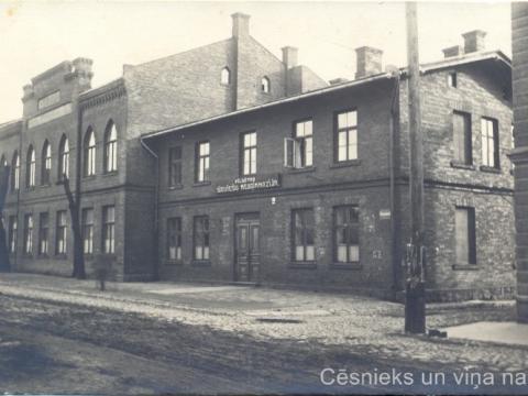 Cēsu pilsētas sieviešu neoģimnāzijas ēkas Cēsīs, Raunas ielā 7 ap 1922. - 1923. gadu. P. Paukšēna foto - CM 46377