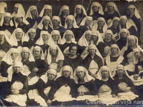 Mājturības kursu dalībnieces, vidū - kursu vadītāja Berta Ērgle-Peiča, ap 1925. - 30.g., P. Paukšēna foto; CM 93311