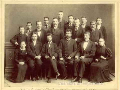 Grāmatnieks J. Ozols ar darbiniekiem, kuri strādāja Rīgas ielā 5, ap 1900.gadu. K. Andersona foto; CM 2479